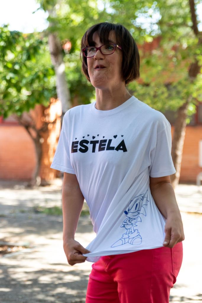 L'Estela mostrant el Sonic que porta estampat a la samarreta